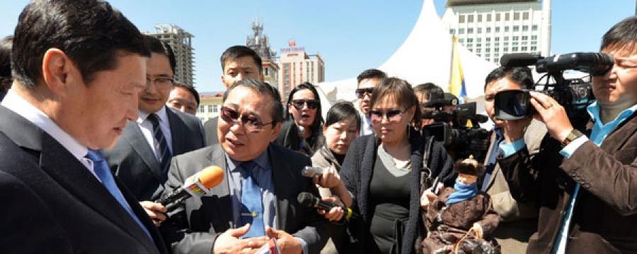 """Ерөнхий сайд Н.Алтанхуяг """"Монгол ур чадвар-2014"""" тэмцээнд оролцогчдын бүтээлтэй танилцлаа"""