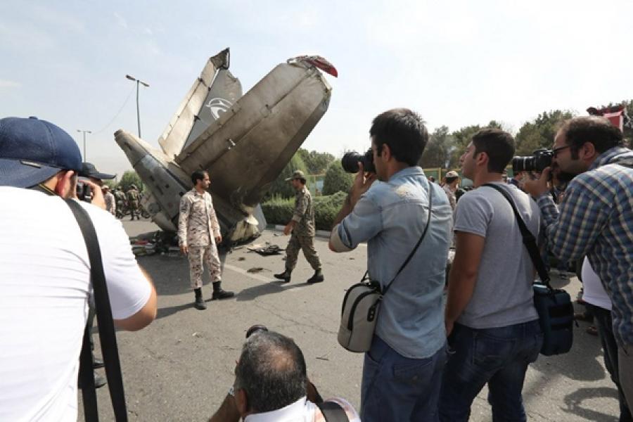 Иранд онгоц осолджээ