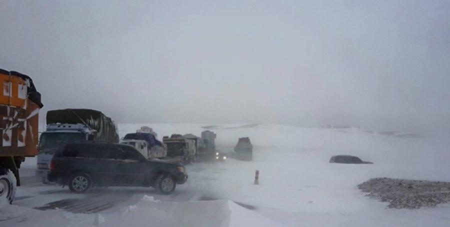 Архангайд их хэмжээний цас орж, 20-иод тээврийн хэрэгсэл цасанд боогджээ