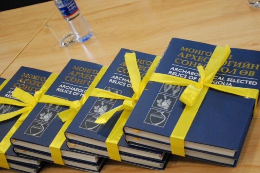 """""""Монголын археологийн сонгомол өв"""" хоёр боть ном хэвлэгдлээ"""