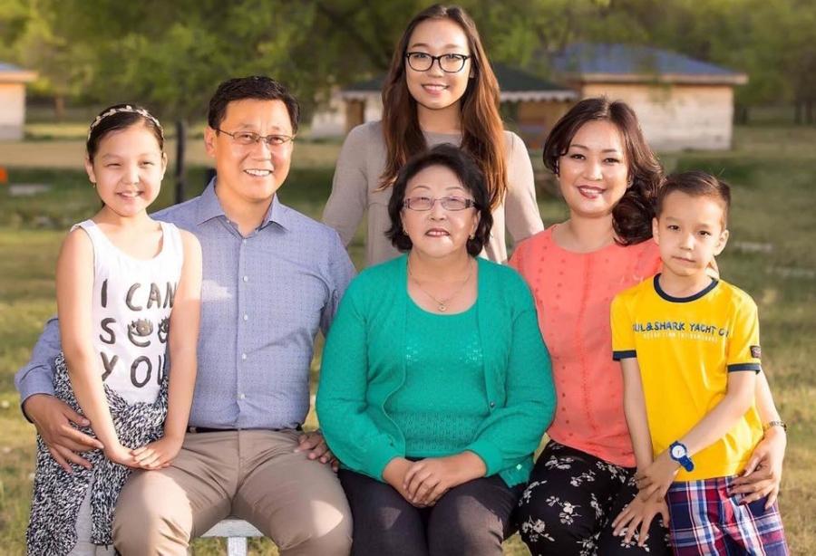 ФОТО: Улстөрчид гэр бүлийн хамт