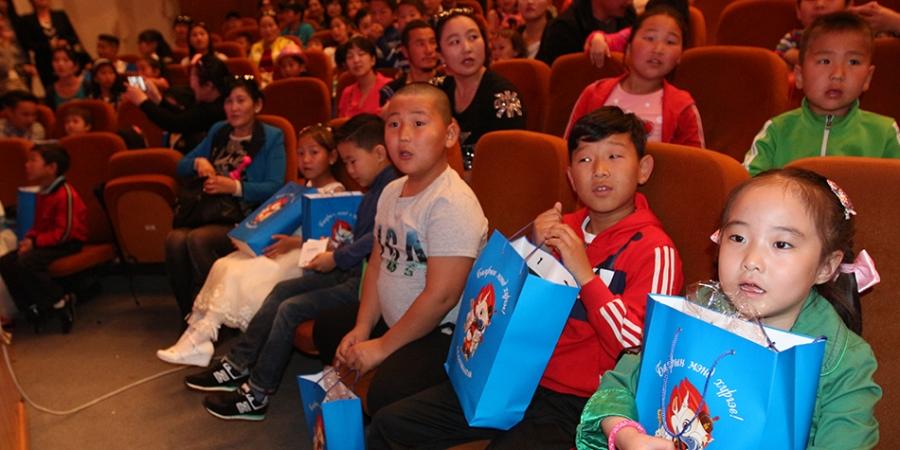 Ёкозуна М.Ананд зорилтот бүлгийн хүүхдүүдэд тоглоом явуулжээ