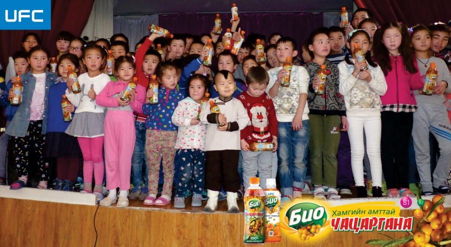 Нийслэлийн хүүхдийн асрамжийн төвд БИО чацарганы шүүс бэлэглэлээ