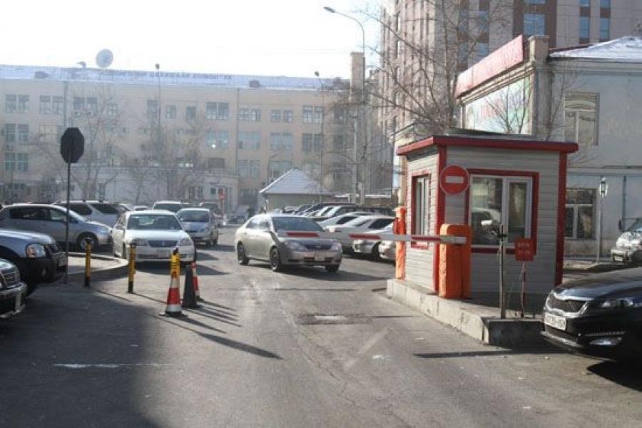 Зөвшөөрөлгүй зогсоолуудаа цэгцлээч, хотын дарга аа