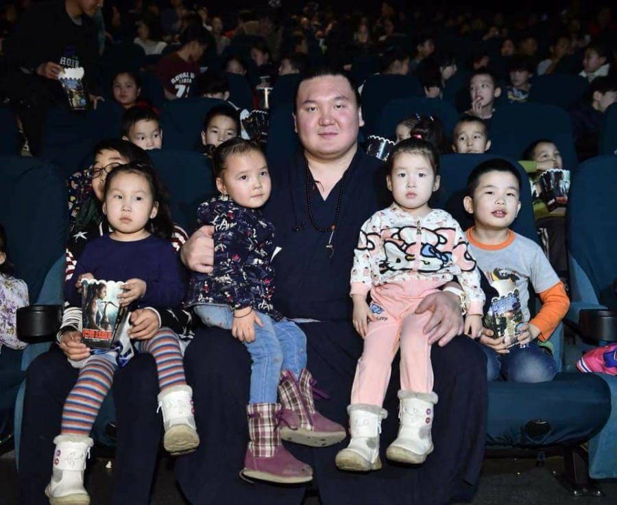Хакүхо М.Даваажаргал 500 хүүхдэд Чингис хаан хүүхэлдэйн киног үзүүллээ