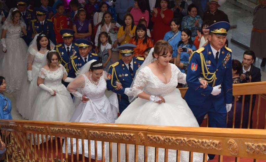 Гэрлэх ёслолын ордонд зургаан албан хаагч хуримаа хийж, гал голомтоо бадраалаа