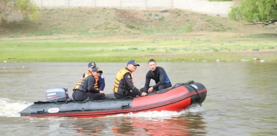 Завьт эргүүл голын усанд урсаж байсан хүүхдийг эсэн мэнд аварчээ