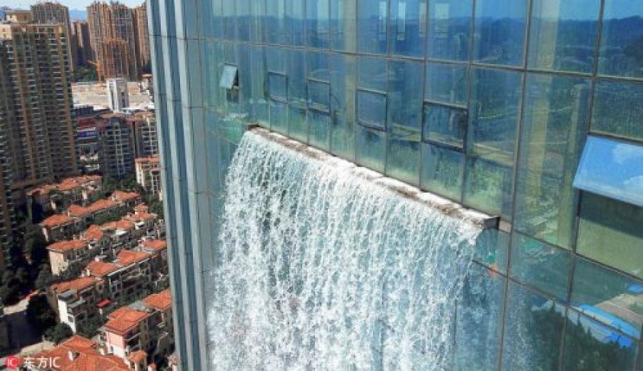 ФОТО: Хятадад өндөр барилга дээрээс хиймэл хүрхрээ хийжээ
