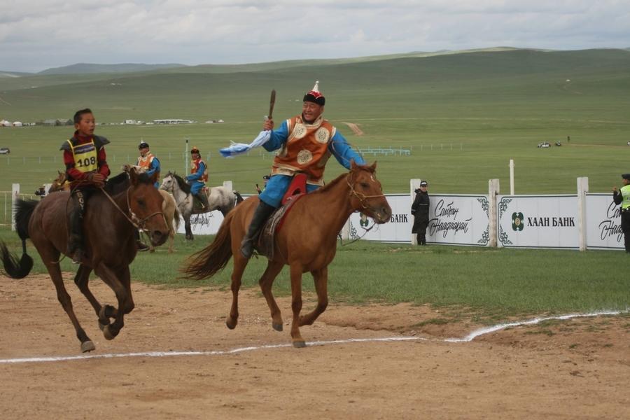 ДАНШИГ НААДАМ: З.Батбаярын хээр морь түрүү магнайд хурдлав
