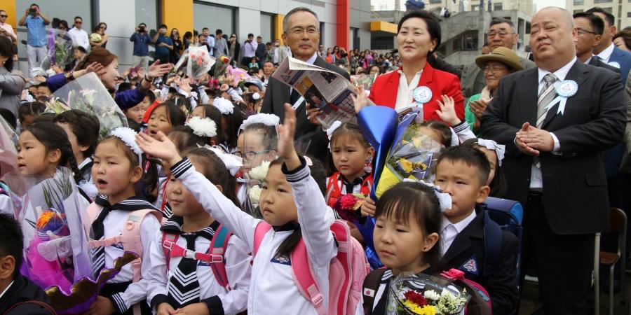 ФОТО: Хүүхдийн инээд цалгисан эрдмийн өргөөнүүд хичээлийн шинэ жилээ угтав