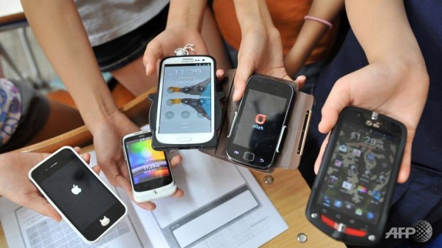 Сургууль, цэцэрлэгийн орчинд ухаалаг гар утас ашиглахыг хориглов