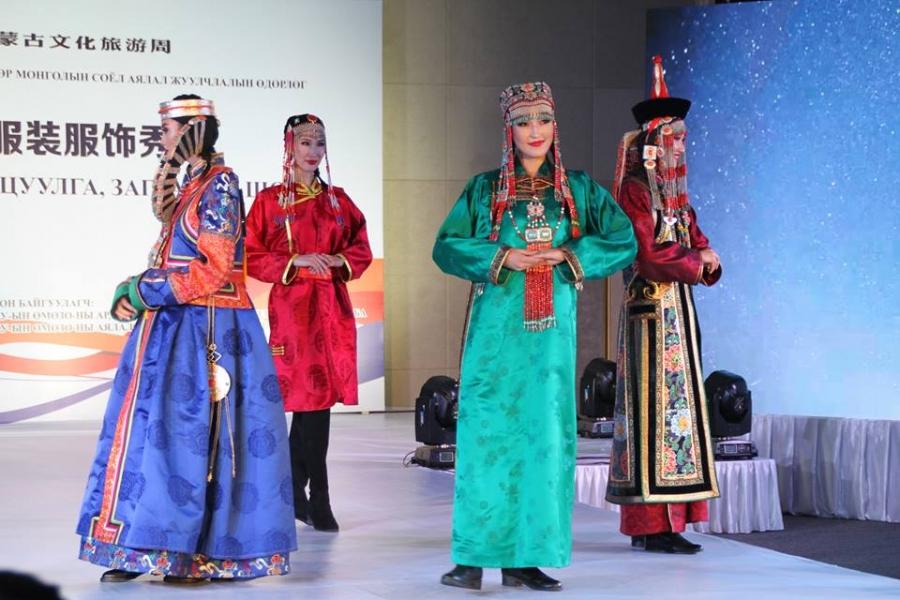 Монгол үндэстний хувцас загварын шоу болов