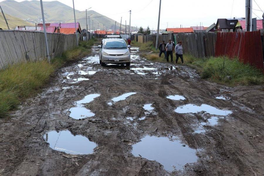 Иргэд борооны улмаас эвдэрч сүйдсэн зам, гудамж талбайг засаж өгөхийг хүслээ