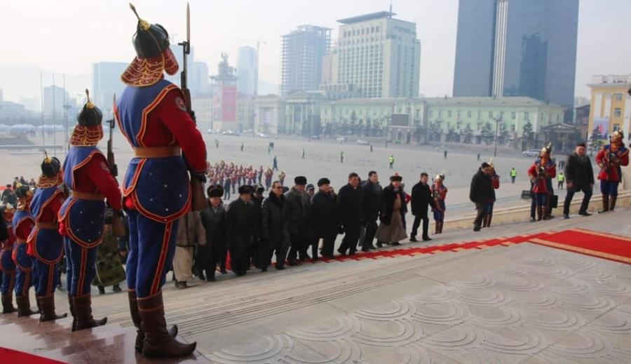 Чингис хааны хөшөөнд хүндэтгэл үзүүлж, Д.Сүхбаатарын хөшөөнд цэцэг өргөв