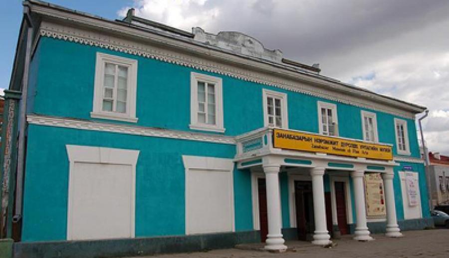 Дүрслэх урлагийн музейн барилга зарим хэсгээрээ суулт өгчээ