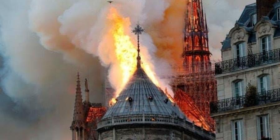 Notre-Dame буюу Парисын дарь эхийн сүмд гал гарчээ