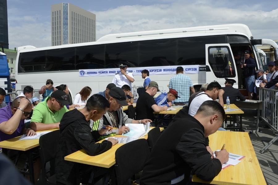 Тээврийн хэрэгсэл болон жолооны үнэмлэхтэй холбоотой төрийн үйлчилгээг үзүүлнэ