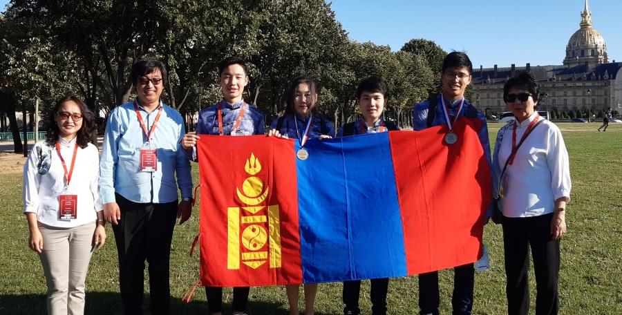 Олон улсын химийн олимпиадаас монгол хүүхдүүд хос медальтай ирлээ