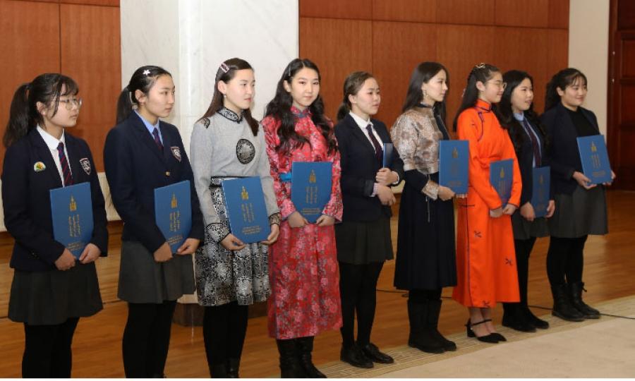 """""""Монголын түүх-Монгол бахархал"""" эсээ бичлэгийн уралдаанд тэргүүлсэн сурагчид шагналаа гардлаа"""