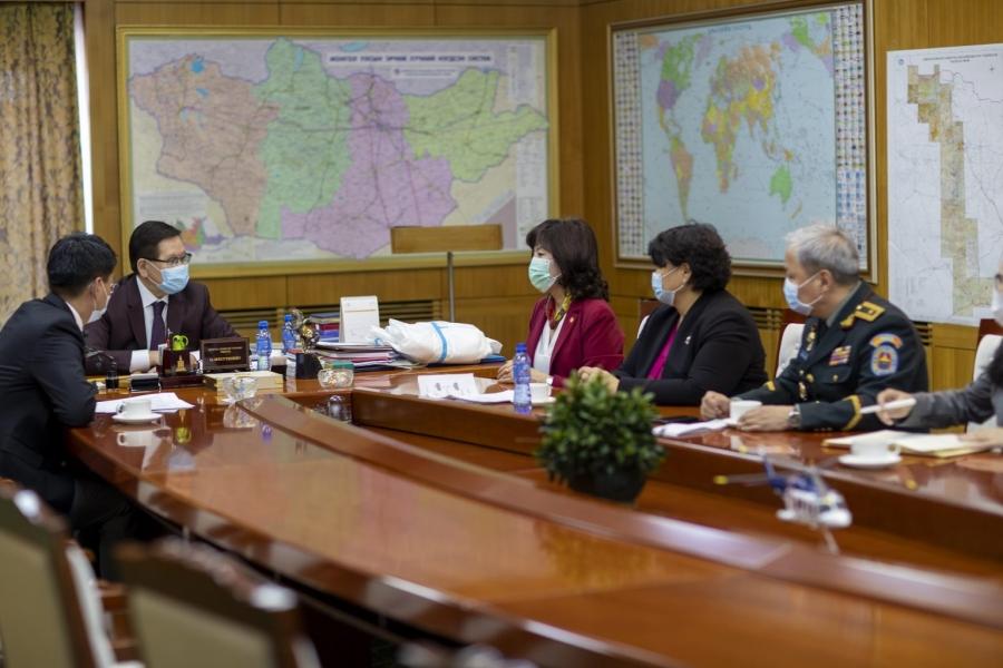 Ерөнхийлөгч Х.Баттулга Улсын онцгой комисст тусгай зориулалтын хувцас хандивлалаа