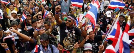 Тайландын жагсагчид хүчээ авч байна