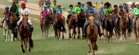 Долоогоос дээш насны хүүхэд хурдан морь унана