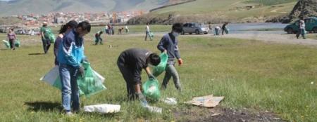 """""""Хоггүй наадацгаая"""" уриалгыг дэмжсэн 500 залуус хотоо цэвэрлэлээ"""