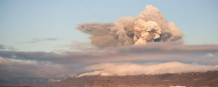 Исландын эрх баригчид агаарын замаа хаав