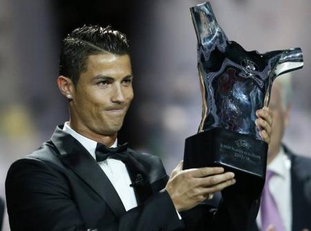 К.Роналду европын шилдэг хөлбөмбөгчин боллоо