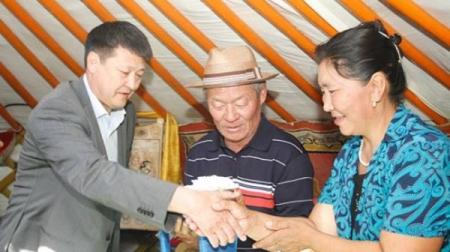 Дэлхийн аварга Г.Болдбаатарын аав, ээжид хүндэтгэл үзүүлжээ