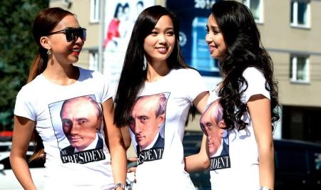 Миссүүд Путины зурагтай хувцсаар гангарчээ