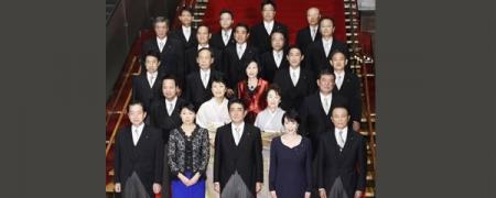 Шинзо Абэ таван эмэгтэй сайдтай парламентыг бүрдүүллээ