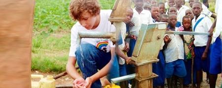 Африкуудын амьдралыг өөрчилсөн зургаан настай жаал