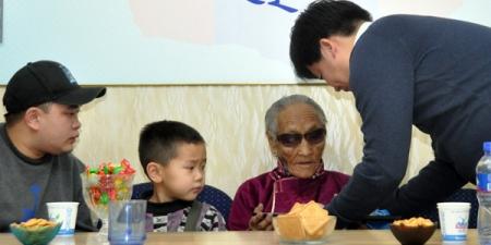 107 настай Г.Нанжид шинэ орон сууцанд орох эрхийн бичгээ гардлаа