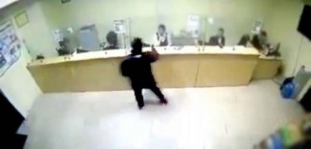 Банкинд халдсан байж болзошгүй эрэгтэйг сэжигтнээр татаж шалгаж байна