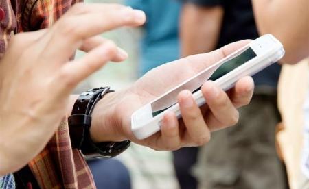 Сургуулийн орчинд ухаалаг утас хэрэглэхийг хоригложээ