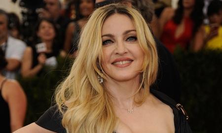 Мадонна ихэр охин өргөж авчээ