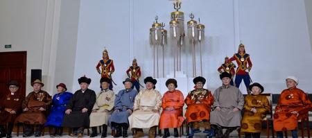 Монгол Улсын Ерөнхийлөгч төрийн есөн хөлт цагаан туганд хүндэтгэл үзүүлж, Төрийн золголт хийв