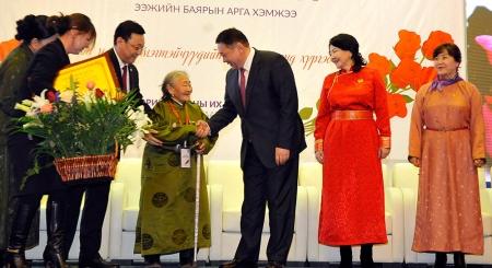 """Есөн ээжийг """"Сайхан монгол ээж""""-ээр нэрлэж, өргөмжлөл олголоо"""