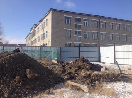 29-р сургуулийн биеийн тамирын талбайд барилга барьж эхэлжээ