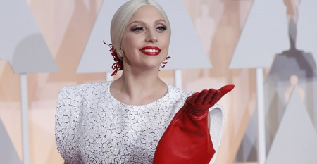 Лэди Гага: Намайг эмэгтэй хүн болоход ижил хүйстэн залуу тусалсан