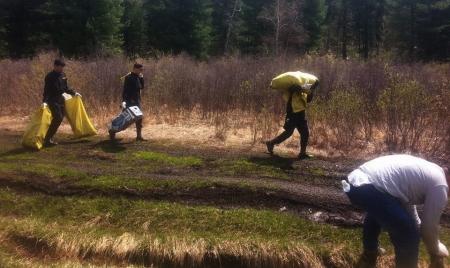 Оюутнууд зуслангийн бүсийн хог хаягдлыг цэвэрлэжээ