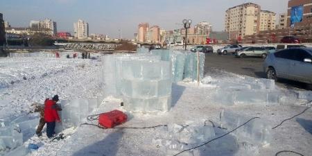 Мөсөн хотхон байгуулж байна