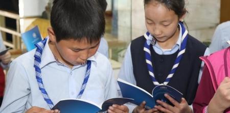ШУА орон нутгийн сурагчдад 4400 ном хандивлалаа