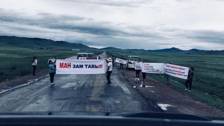 Улаанбаатар-Дархан чиглэлийн зам дээр залуус үзэл бодлоо илэрхийлэв