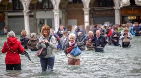 ФОТО: Венец хотын 75 хувь нь усанд автжээ