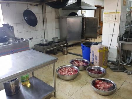 Бохир орчинд хоолоо бэлтгэдэг байсан Хятад рестораны үйл ажиллагааг зогсоолоо