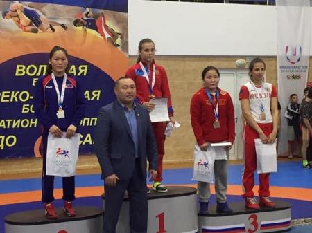 Эмэгтэй бөхчүүд олон улсын тэмцээнээс дөрвөн медаль хүртлээ