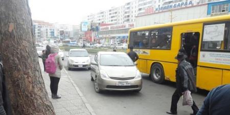 Автобусны зогсоол дээр машинаа байрлуулбал жолоодох эрхийг нь хасна