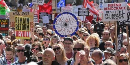 Их британийн иргэд парламентыг тараахыг эсэргүүцэж жагсчээ